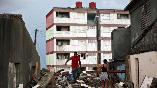 Un hombre camina entre las ruinas dejadas por el paso del huracán Matthew en Baracoa. (EFE)