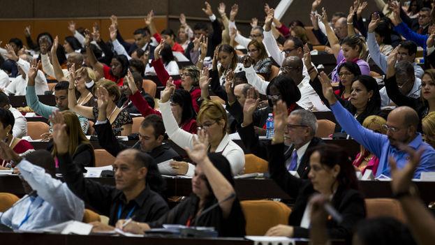 Los delegados cubanos durante el análisis de la propuesta de reforma constitucional. (EFE)