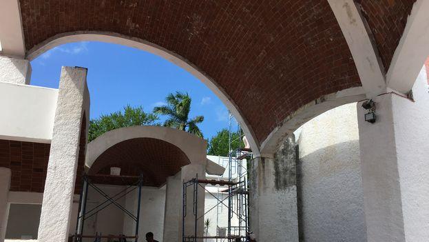 """Al menos en el edificio destinado a la danza actualmente se están haciendo reparaciones y han instalado """"tabloncillos nuevos y la pintaron"""", dice un estudiante. (14ymedio)"""