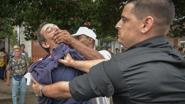 Un disidente es arrestado durante una manifestación en La Habana. (EFE)