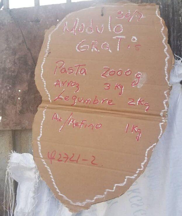 """""""No han podido hacer como otras veces que han mandado donaciones y las han terminado vendiendo"""", dice un vecino de Punta Brava. (14ymedio)"""