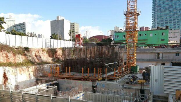 El edificio comenzó a construirse en diciembre de 2018 y sus grúas son de las pocas que se mueven hoy sobre la capital cubana. (14ymedio)