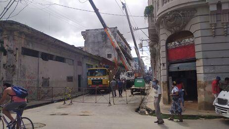 Los vecinos del edificio que se derrumbó el pasado 14 de octubre, están pernoctando en la calle para presionar a las autoridades por una solución. (14ymedio)