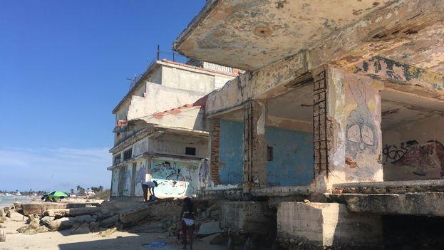 En algunas ruinas, como este edificio estatal, se mezclan los daños provocados por la cercanía de las aguas, con la desidia y el vandalismo. (14ymedio)