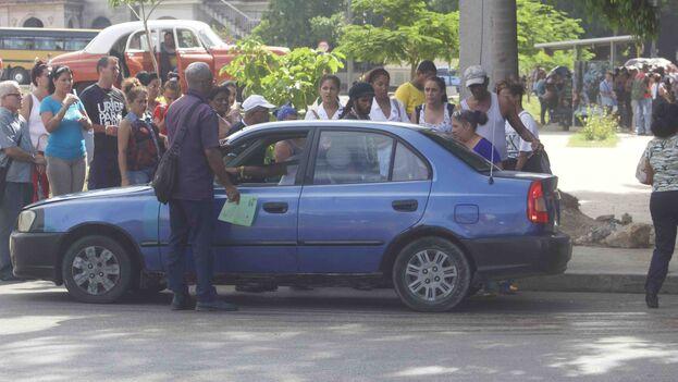 Un ejército de inspectores del transporte han salido a las calles para hacer guardia de dos en dos en las paradas más céntricas de la capital. (14ymedio)