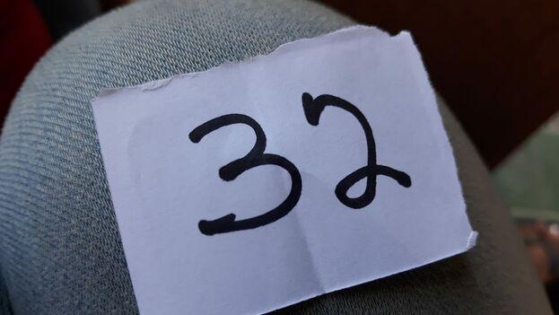 La lista que se había elaborado desde el día anterior reunía a las primeras cien personas de la cola que tenían en su mano un ticket con un número identificativo. (14ymedio)