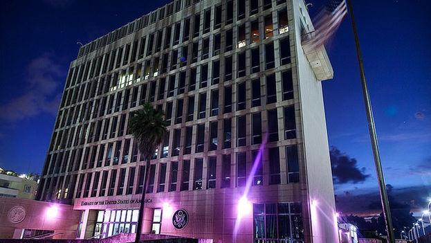 La embajada de EE UU en La Habana se tiñe de rosa. (M. P. Franklin)