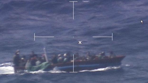 El pasaje de la embarcación estaba compuesto por 29 hombres y 8 mujeres. (Guardia Costera de EE UU)