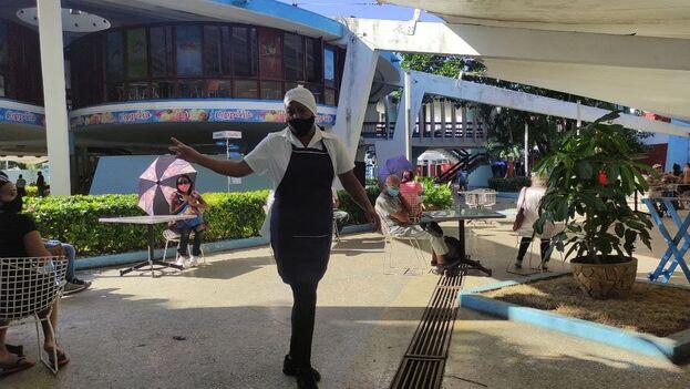 En la imagen una empleada de la heladería Coppelia, en La Habana, este viernes. (14ymedio)