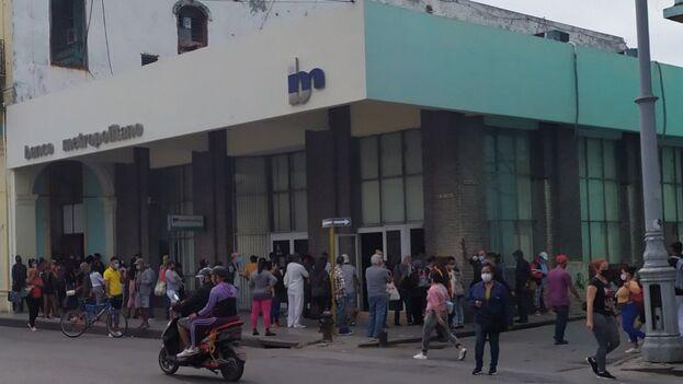 """""""Cada vez que te encuentras un banco es una manifestación, en las tiendas igual, en la bodega lo mismo, donde sea es una cola"""". (14ymedio)"""