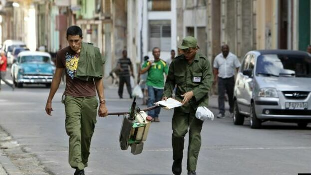 Un equipo de fumigadores en La Habana. (EFE)