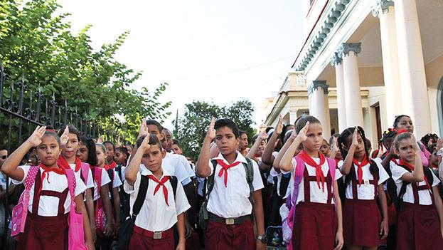 """Los escolares de la enseñanza primaria que cada día expresan la consigna """"pioneros por el comunismo, seremos como el Che"""" deben empezar a buscar un nuevo lema. (EFE)"""