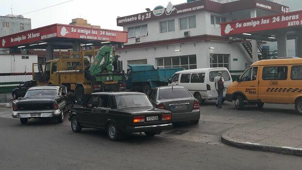 Una fila de autos espera para abastecerse de combustible en una gasolinera de La Habana. (14ymedio)
