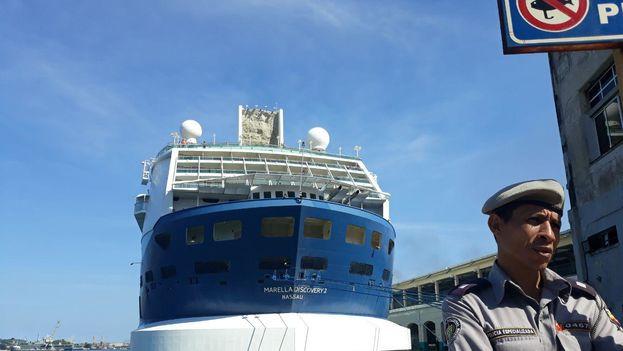 El viernes en la tarde, cuando decenas de cubanos esperaban para abordar el crucero Grand Classic, en la bahía de La Habana solo estaba atracado un barco europeo. (14ymedio)