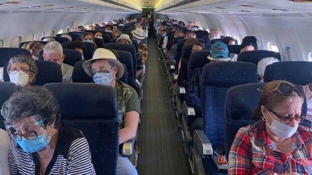 Los viajeros cumplieron con un protocolo de seguridad establecido por autoridades sanitarias como parte de las medidas de contención frente al coronavirus. (@SoberonGuzman)