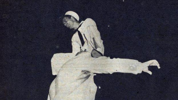 Dos marines estadounidenses ultrajan la estatua de José Martí, en la parque Central, en 1949.