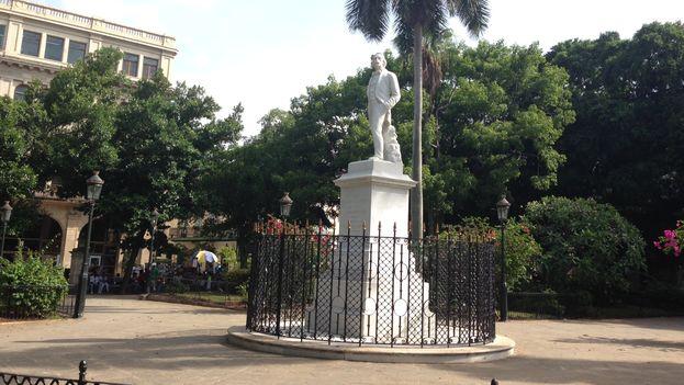 La estatua de Carlos Manuel de Céspedes en La habana Vieja, este domingo día de los padres, sin una sola flor. (14ymedio)