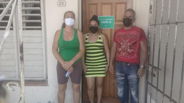 La estudiante de enfermería, Irasema Escobedo Herrera, se encuentra confinada en su casa junto a sus padres por covid-19. (Cortesía)