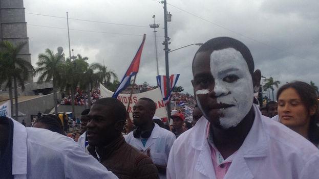 Un estudiante africano de medicina en el desfile. (Luz Escobar/14ymedio)