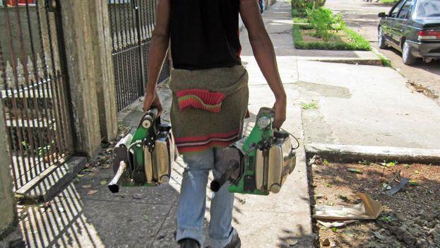 Un fumigador en La Habana. (14ymedio)