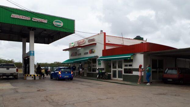 En el mercado ubicado en la gasolinera a la entrada de Guanabo los anaqueles están vacíos o solo con botellas de bebidas caras. (14ymedio)
