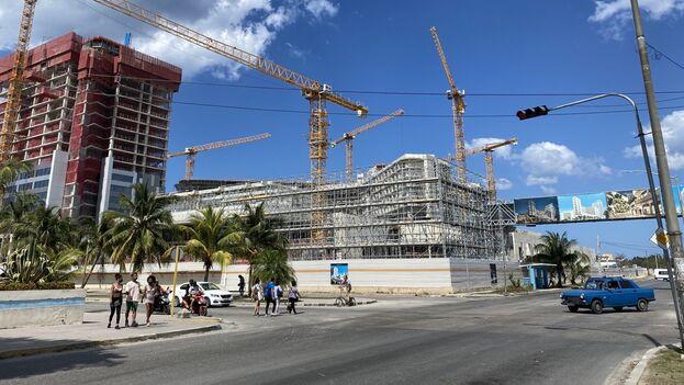 El gigantesco complejo hotelero que construye Gaesa en la esquina de la 3ª avenida con la calle 70, en La Habana. (14ymedio)