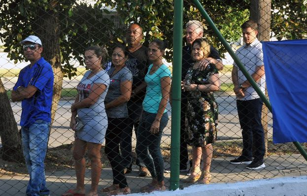 Al gobernante Miguel Díaz-Canel, los medios oficiales lo mostraron, de manga corta, haciendo una pequeña fila junto a su esposa para votar. (Twitter)