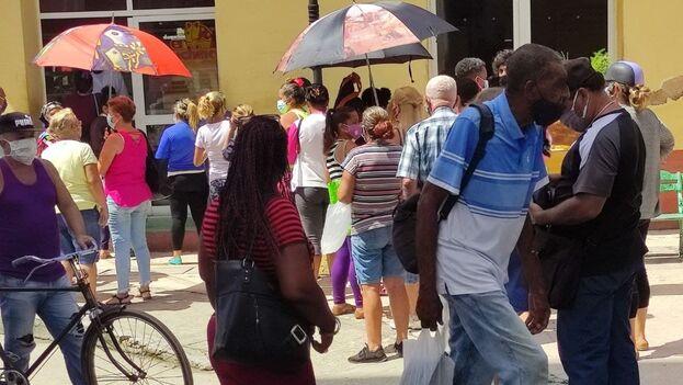Un grupo de personas hace una cola en la ciudad de Sancti Spíritu. (14ymedio)