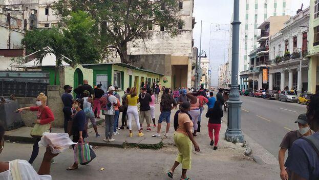 Los ánimos de los habaneros vuelven a estar de punta, luego de que el Gobierno cubano decretó para la provincia el retroceso a la llamada fase 1 de la etapa recuperativa. (14ymedio)
