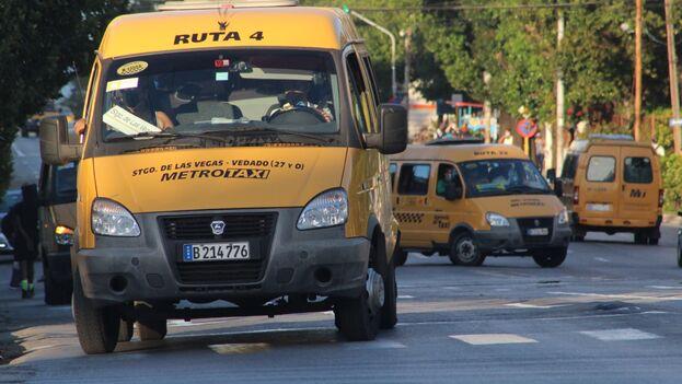 Algunos habaneros se sonríen al ver la abundancia de taxis libres que circulan por la capital en pandemia y bromean con su parecido con Nueva York. (14ymedio)