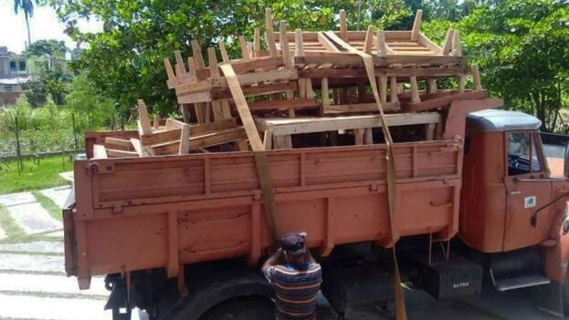 Ha tenido que lanzarse a la carrera a construir camas de madera para colocar en escuelas y otros centros estatales habilitados como zonas de confinamiento. (Foto: Edelio Torres/Facebook)