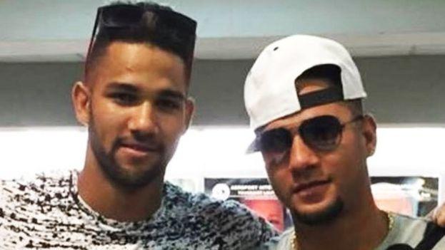 Los hermanos Gourriel a su llegada al aeropuerto de Miami. (Instagram)