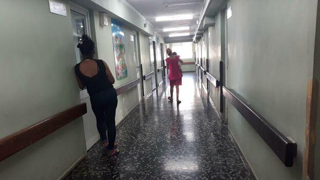 Las historias de otros centros hospitalarios se escuchan durante el día y la noche por los pasillos en boca de los acompañantes. (14ymedio)