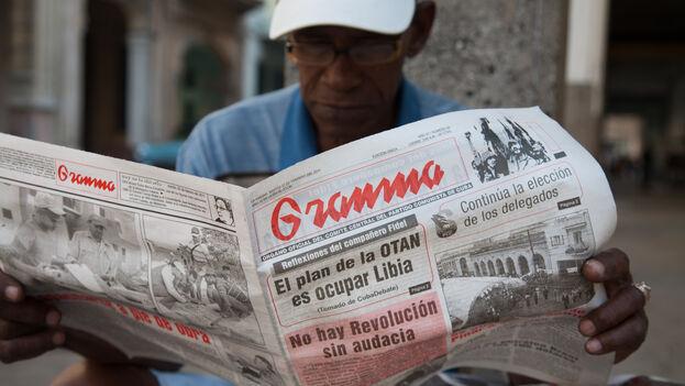 Un hombre lee la prensa oficial. (Archivo EFE)