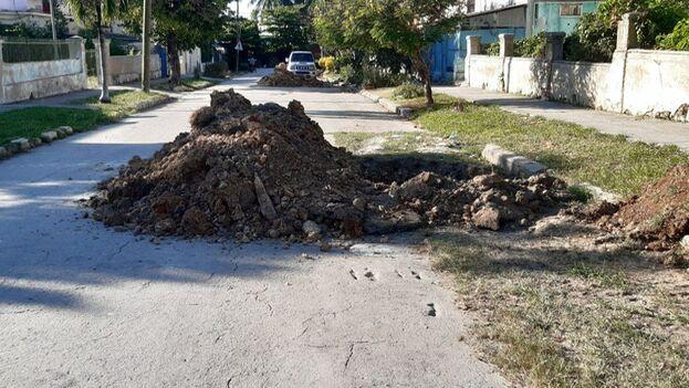 Uno de los hoyos de la calle 106, en Marianao. (14ymedio)