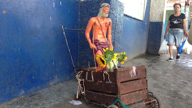 Una imagen de San Lázaro en una calle habanera. (14ymedio)