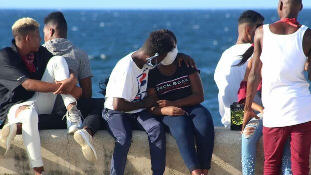 En la imagen un grupo de jóvenes sentado en el Malecón de La Habana. (14ymedio)