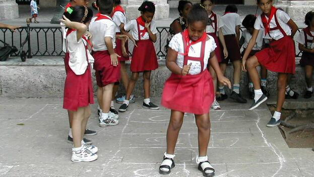 A falta de profesores y de implementos deportivos, con frecuencia el turno de Educación Física se utiliza para merendar, corretear o jugar. (James Emery)