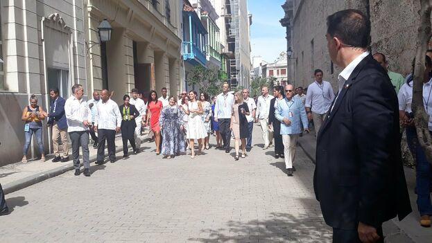 En las más importantes plazas de La Habana Vieja el movimiento de turistas y transeúntes tuvo este martes una pausa. (14ymedio)