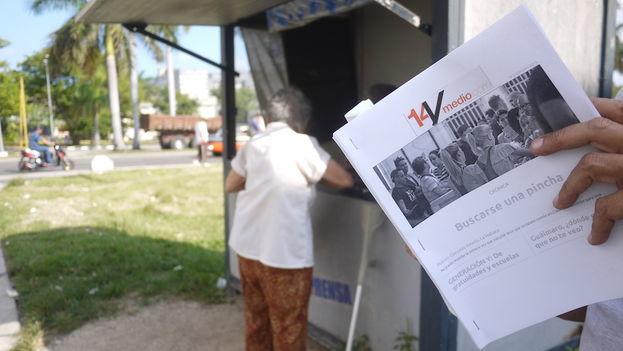 Un hombre lee la versión impresa de '14ymedio' que circula en formato PDF dentro de Cuba. (14ymedio)