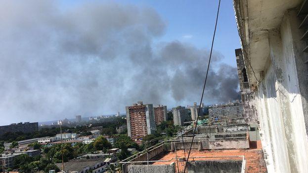 El incendio en el Oncológico de La Habana visto desde la redacción en el piso 14. (14ymedio)