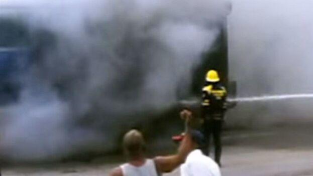 El incendio se originó al intentar soldar el tanque de combustible de un camión. (Captura de pantalla)