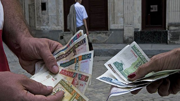La incertidumbre ante el fin del CUC sigue entre los cubanos. (EFE)