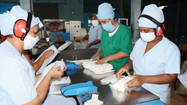 En las nuevas instalaciones de Mathisa se fabrican miles de paquetes de almohadillas sanitarias que, sin embargo, no llegan a las usuarias. (Escambray)