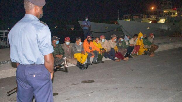 En la imagen un grupo de balseros cubanos que fue interceptado en Cayo Guinchos la madrugada del pasado 16 de mayo. (RBDF/Archivo)