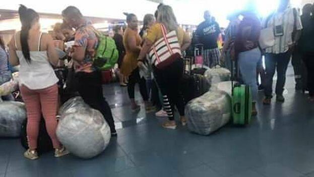 """A los cubanos se les ve en el aeropuerto internacional de Managua custodiando sus valijas, o """"bolas"""" repletas de ropa, calzado y otros productos. (Cortesía/La Prensa)"""