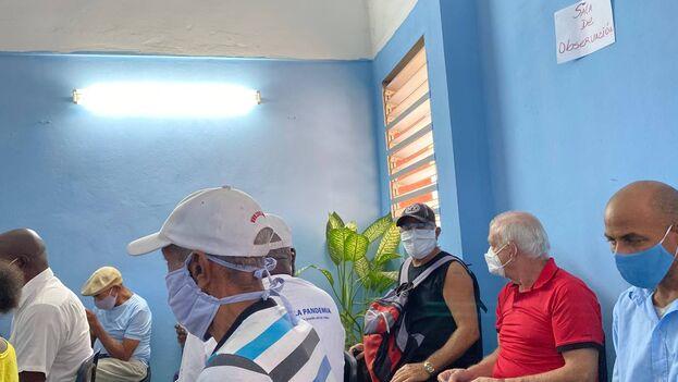 En la sala de espera para la intervención con el candidato vacunal en Nuevo Vedado la mayoría eran mayores. (14ymedio)