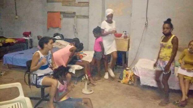 De las 10 mujeres que irrumpieron en el lugar, dos fueron reubicadas por las autoridades en locales estatales habilitados como casas de tránsito. (14ymedio)