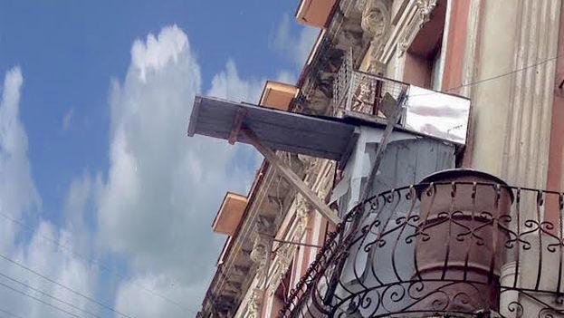 Una jaula de palomas con un reposadero, en una calle de La Habana. (14ymedio)