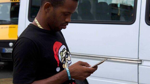 Un joven navega en internet desde su celular en La Habana. (14ymedio)